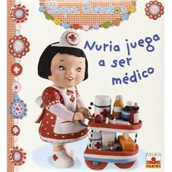 Nuria juega a ser médico